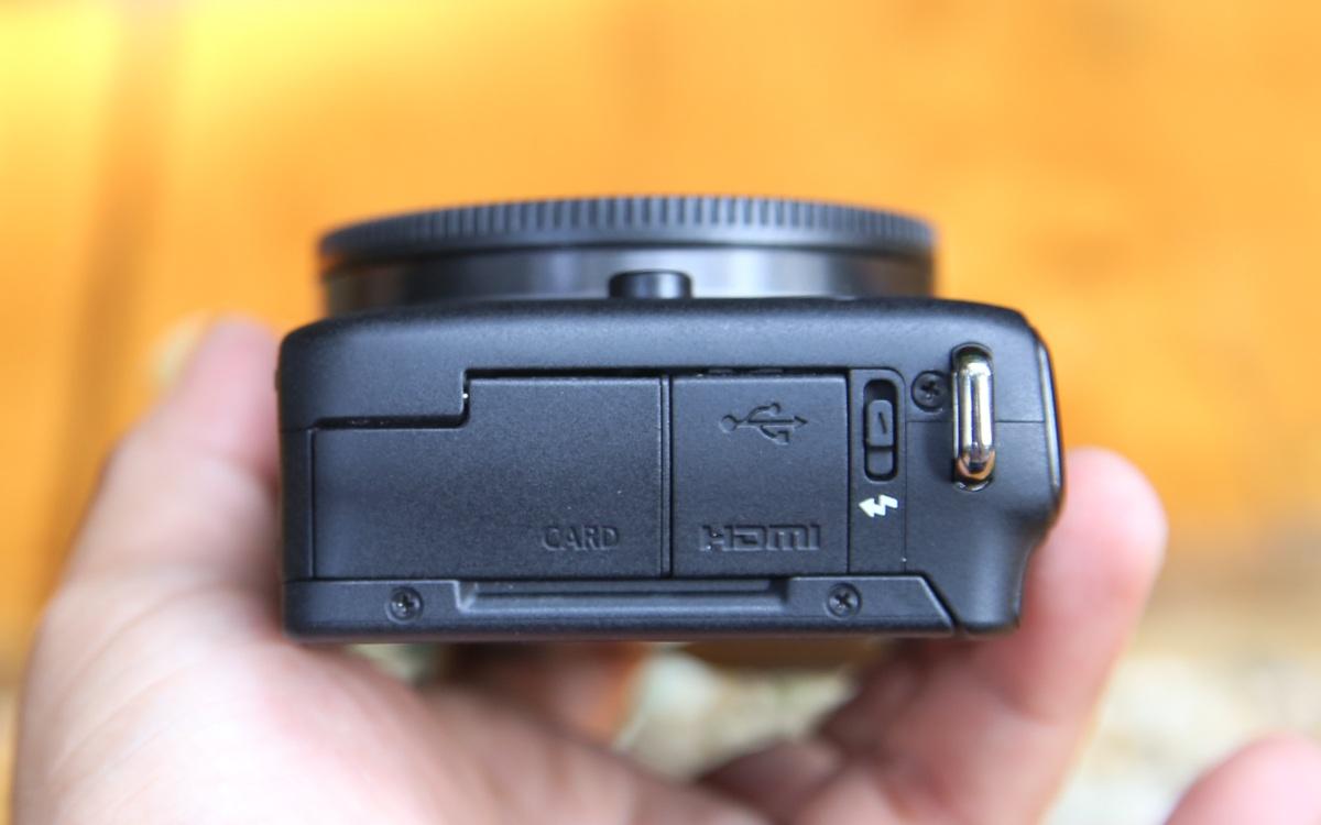 Cạnh trái là HDMI, bật đèn flash và khe thẻ nhớ