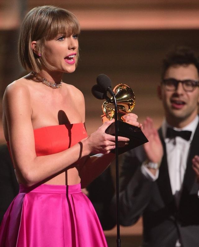 Taylor Swift nhận giải Grammy dành cho album của năm.