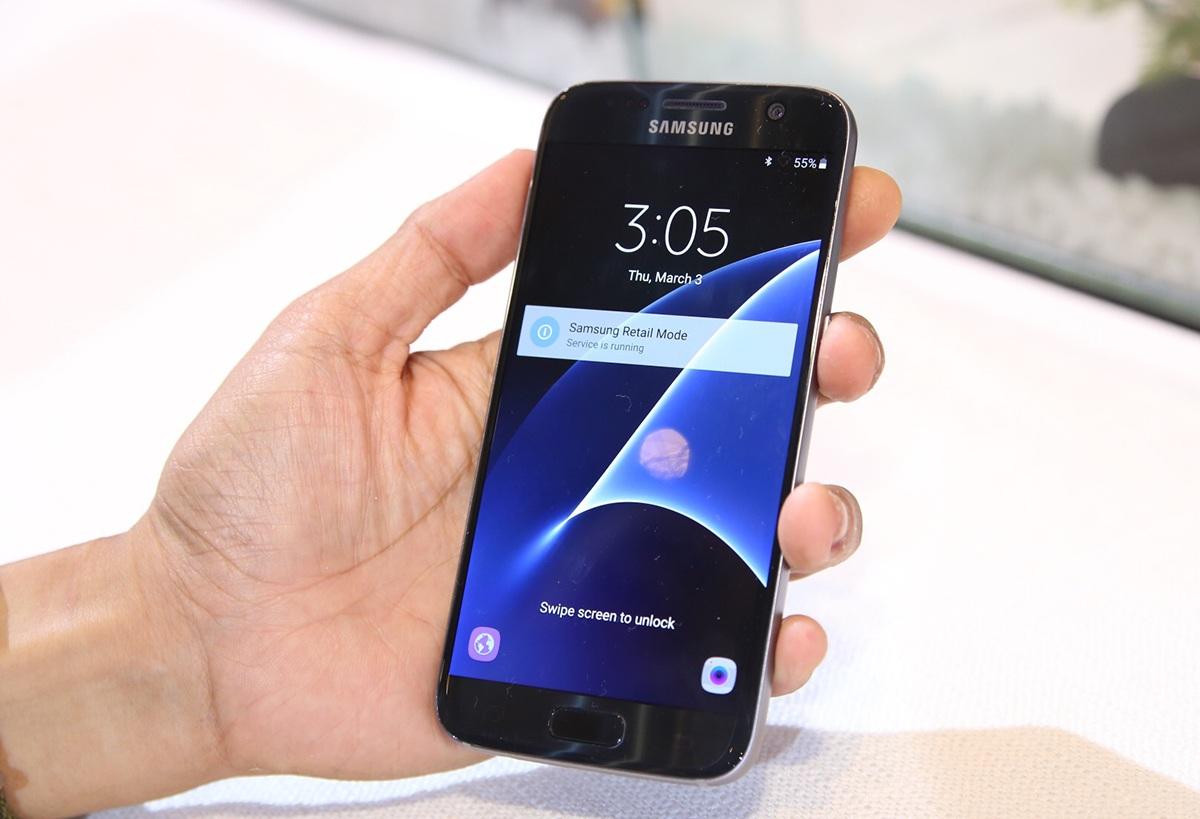 Galaxy S7 vẫn sở hữu lối thiết kế quen thuộc các mẫu Galaxy trong năm 2015. Tuy nhiên, thiết kế mới được cải tiến trông đẹp mắt và dễ cầm nắm hơn