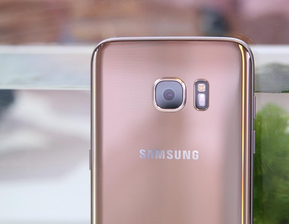 Ngoài khác biệt về kích thước, Galaxy S7 edge vẫn sử dụng camera và cấu hình tương tự Galaxy S7. Phía trên là một camera 12 MP theo công nghệ Dual Pixel, khả năng hỗ trợ lấy nét theo pha.