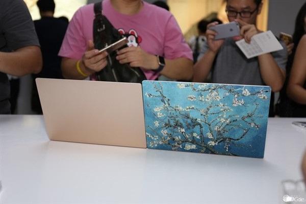 Xiaomi Mi Notebook Air sở hữu thiết kế nhôm nguyên khối với hai màu vàng và bạc