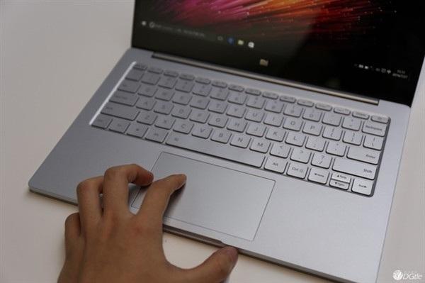 Touchpad hỗ trợ các cử chỉ thông minh. Máy khởi chạy Windows 10