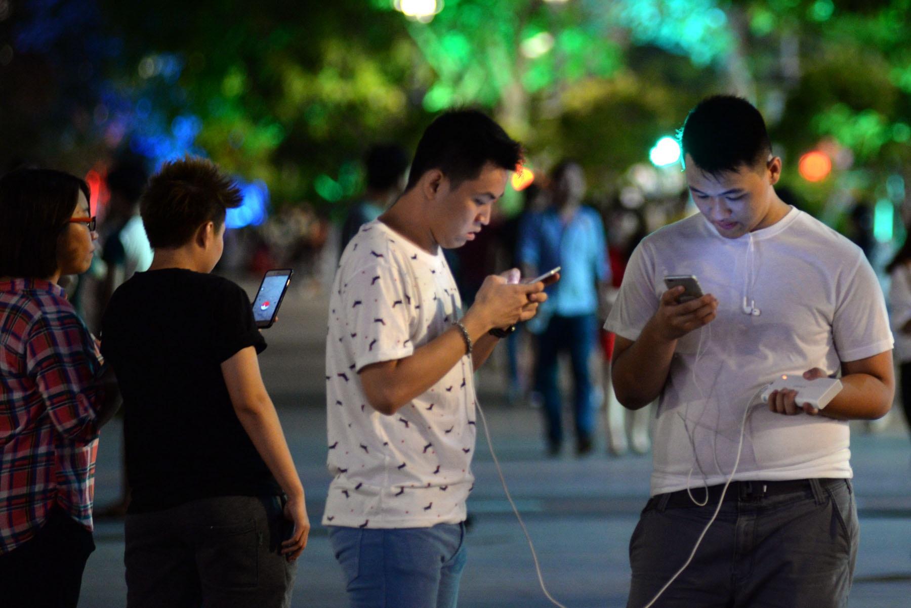 Những nguy hiểm rình rập khi chơi Pokemon Go ở nơi công cộng. Ảnh: Nguyễn Quang
