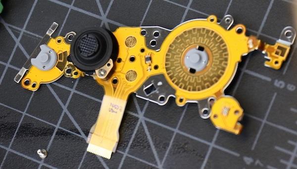 Cụm phím điều khiển đa hướng trên máy cũng có thiết kế tương tự các phiên bản 5D trước đây. Tuy nhiên, nó được bổ sung thêm các nút chọn thêm điểm lấy nét (đó là các các vòng tròn nhỏ xung quanh nút bấm ở hình tròn bên phải)