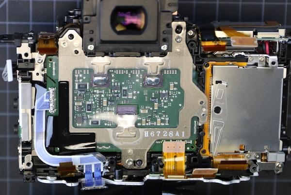 Bây giờ chúng ta nhìn thấy các bảng mạch của bộ cảm biến hình ảnh, và bên phải là nơi đặt thẻ CF