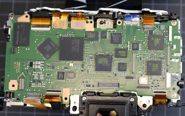 Lensrentals nói rằng, nó có rất nhiều, rất nhiều các chip và cổng kết nối trên bo mạch này. Lượng linh kiện dày hơn và phức tạp hơn so với các máy ảnh trước