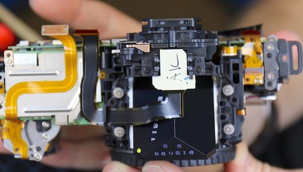 Tiếp tục tháo ở vị trí này, người dùng sẽ thấy một ống ngắm quang học pentaprism. Các chuyên gia lensrentals khuyến nghị không tháo thành phần ống ngắm này ra bởi không thể tinh chỉnh được bằng tay, mà cần đến một thiết bị chuyên dụng mới có thể làm được