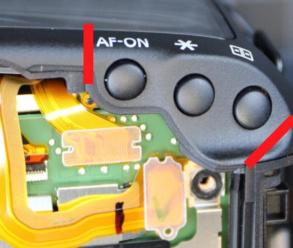 Tuy nhiên, có một vị trí duy nhất không có gioăng cao su, đó là cạnh trên bên phải của chiếc máy
