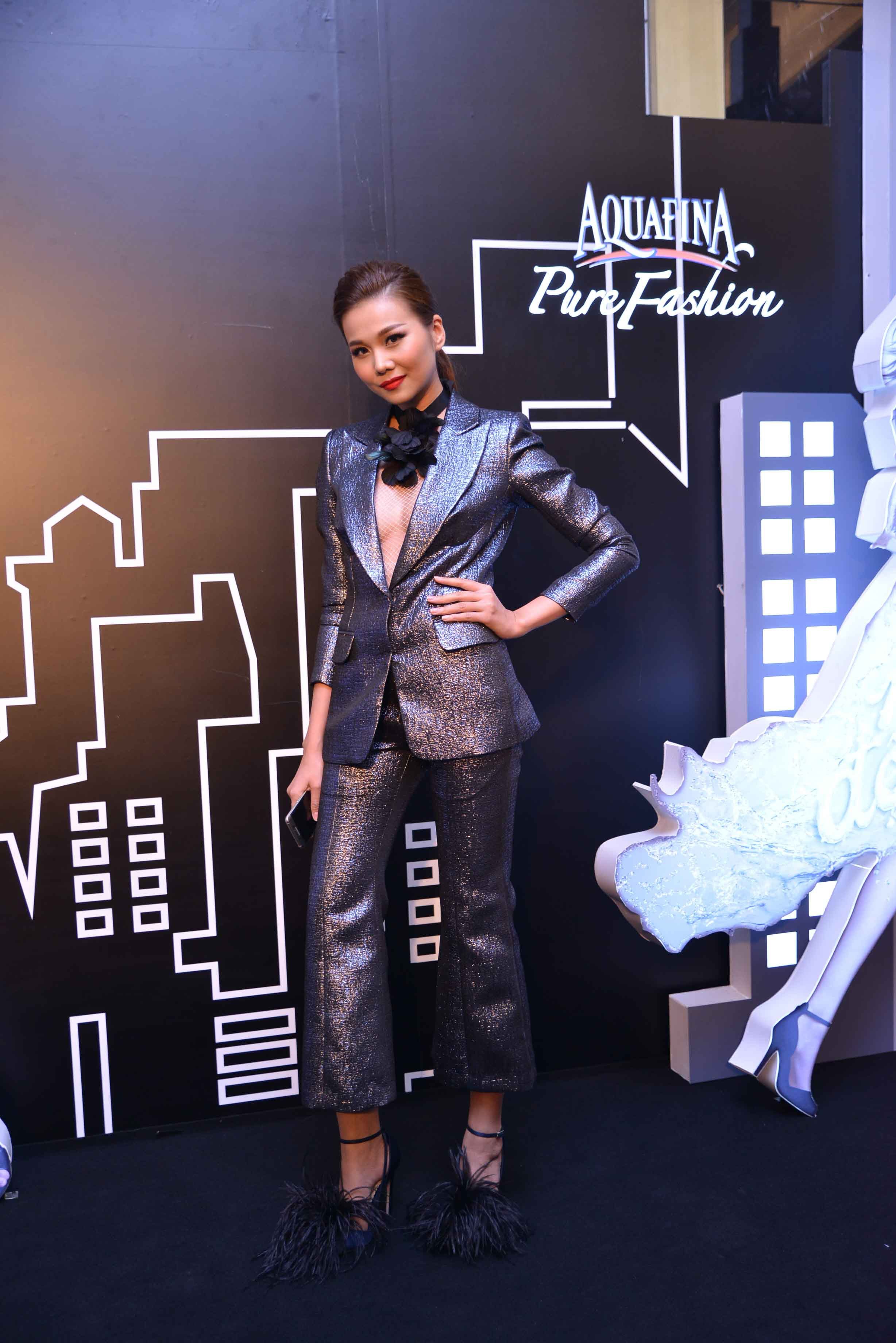"""Siêu mẫu Thanh Hằng táo bạo với phong cách Menswear. Cô cho biết: """"Hằng rất hào hứng khi đại diện cho cá tính tinh tế và trực tiếp trình diễn trang phục của các thí sinh. Đây là điểm rất mới lạ của cuộc thi năm nay, giúp cho người mẫu có thể thể hiện được màu sắc cá tính của mỗi người"""""""