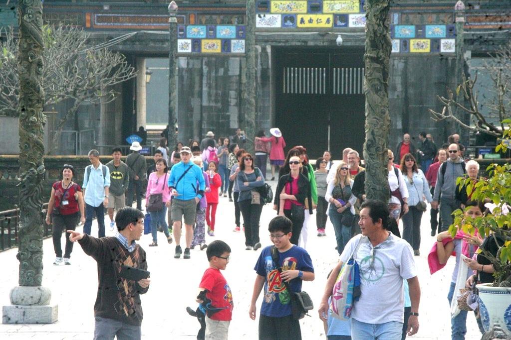 Huế là địa điểm du lịch hấp dẫn với nhiều du khách trong và ngoài nước.