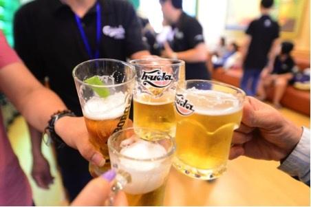 Du khách được thưởng thức chất lượng thượng hạng của các thương hiệu nổi tiếng của Carlsberg Việt Nam như Huda, Huda Gold, Carlsberg, Tuborg, Halida ngay tại quầy bar của nhà máy.