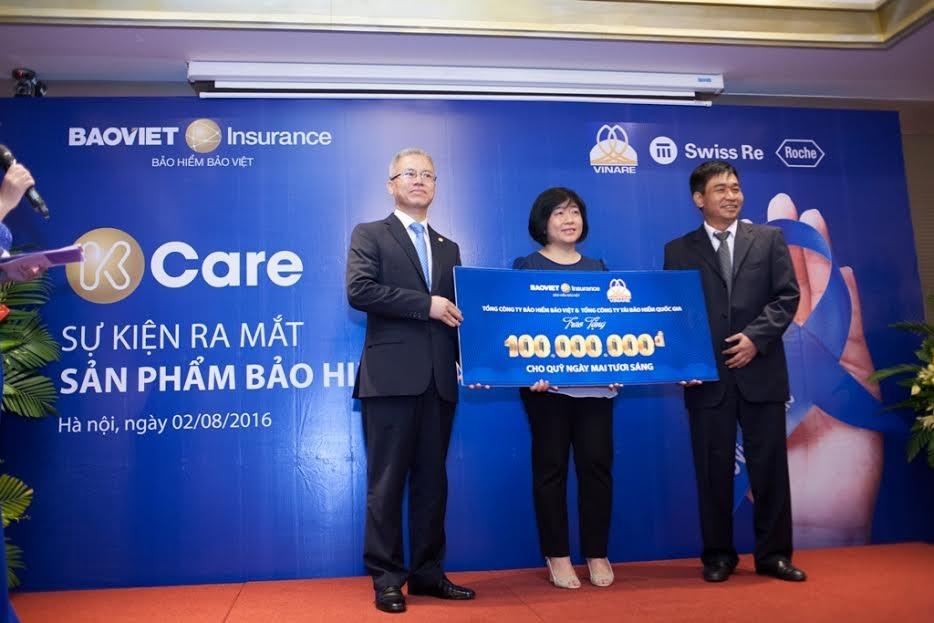 Ông Quách Thành Nam - Phó Tổng giám đốc Bảo hiểm Bảo Việt và ông Phạm Công Tứ - Tổng giám đốc Công ty Tái bảo hiểm Quốc gia trao tặng 100 triệu đồng vào Quỹ Ngày mai tươi sáng