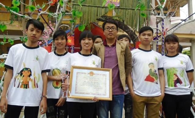 Thầy Quỳnh (áo tím) rất quan tâm và đầu tư đến việc đổi mới và phá cách trong dạy học Văn.