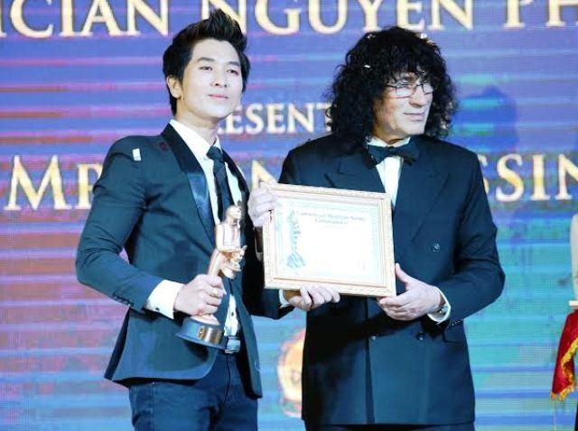 Thầy giáo 8X Nguyễn Phương nhận giải thưởng International Merlin Award và bằng Tiến sĩ ảo thuật của Hiệp hội ảo thuật quốc tế