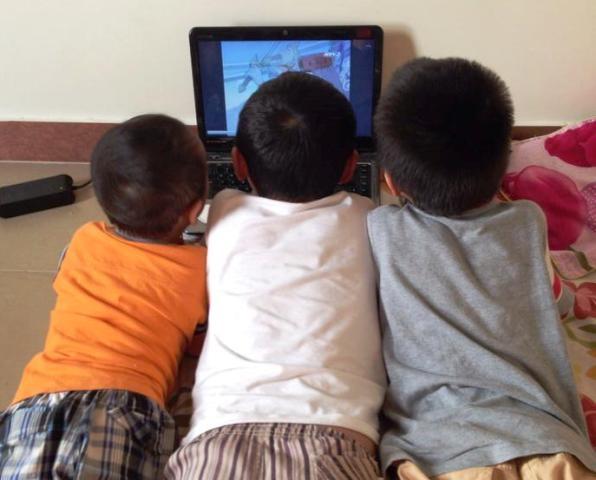 Sử dụng đến máy tính, Ipad là cách mà nhiều phụ huynh ở thành phố sử dụng để trông con trong những ngày hè