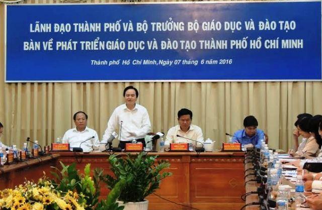 Bộ trường GD-ĐT Phùng Xuân Nhạ cho biết sẽ xem xét việc giao quyền công nhận tốt nghiệp THPT cho các địa phương.