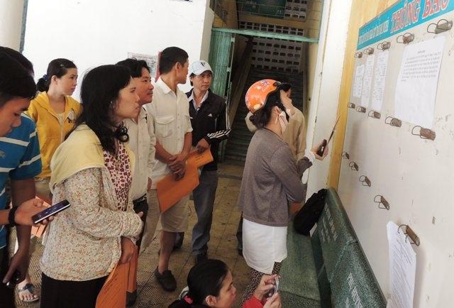 Phụ huynh tìm hiểu thông tin xét tuyển vào lớp 6 Trường THPT Trần Đại Nghĩa