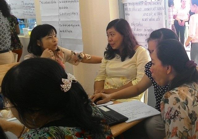 Vẫn có những giáo viên và nhà quản lý chưa nắm hết tinh thần của Thông tư 30. Trong ảnh: Quản lý, giáo viên ở TPHCM trong chương trình tập huấn Thông tư 30.