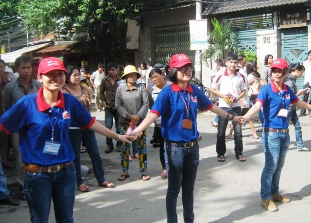 Sinh viên chọn tham gia hoạt động tình nguyện mang rất nhiều nhiệt huyết, lý tưởng đẹp của tuổi trẻ (Ảnh: Hoài Nam)