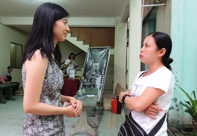 Cô gái Đào Minh Thùy (bên trái) - người đưa ý tưởng triểm lãm bóng tối vào Việt Nam