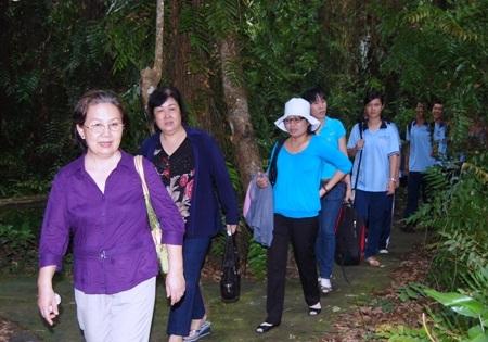 Thầy trò Trường THPT chuyên Lê Hồng Phong, TPHCM trong chuyến đi tìm hiểu lịch sử về khu di tích Ấp Bắc (Tiền Giang)