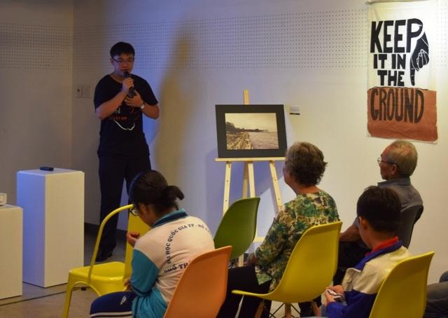 Cậu học trò Quách Vĩnh Tường giới thiệu về bộ ảnh tại triển lãm