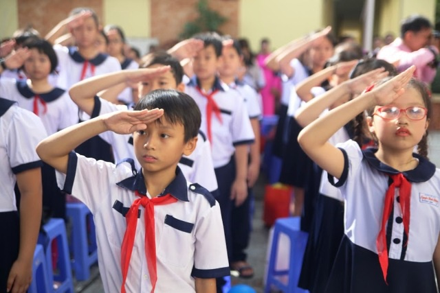Phần nghi lễ trong ngày khai giảng của các trường ở TPHCM diễn ra ngắn gọn nhưng nghiêm trang, long trọng