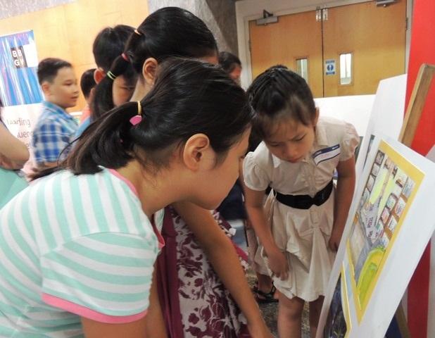 """Học sinh ở TPHCM xem triển lãm tranh do chính các bạn trẻ vẽ dựa trên tác phẩm """"Sophie và tên khổng lồ"""""""