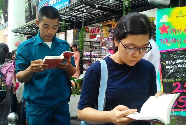 Trong lúc chờ đợi, nhiều bạn tiếp tục tranh thủ đọc sách