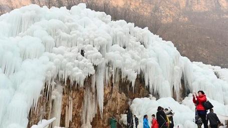 Băng treo lơ lửng lưng chừng núi nơi thác đổ. Khách du lịch từ khắp nơi đổ xô tới để ngắm thác nước đóng băng tại Taihang, Hà Bắc. Ảnh chụp ngày 3/1/2016.
