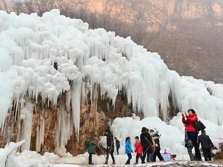 Du khách thích thú ngắm nhìn khung cảnh ấn tượng từ thác nước đóng băng.
