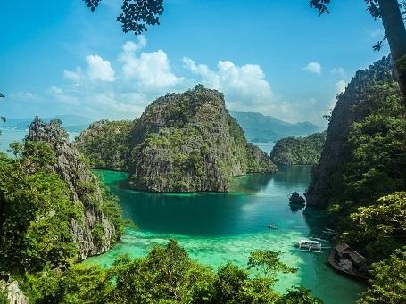 Không có gì là ngạc nhiên khi Palawan được xếp hạng là hòn đảo xinh đẹp nhất trên thế giới năm 2014 do độc giả của CN Traveler bình chọn. Nơi đây nổi bật với nước biển trong xanh, những vách đá vôi và rất nhiều đầm phá. Palawan cũng là nơi bảo tồn thiên nhiên cả trên đất liền và biển với những đàn cá heo nhảy sóng ngoài khơi, rùa biển làm tổ trên bãi biển cát trắng, hơn 600 loài bướm và những rừng dừa xanh tốt.