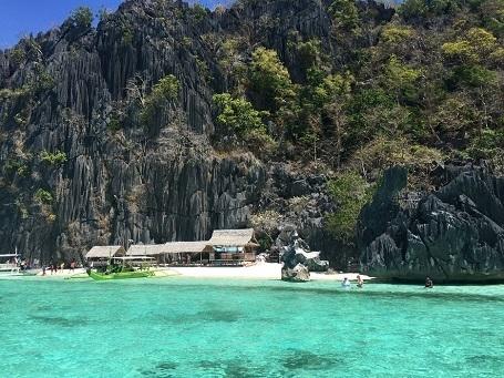 Vẻ đẹp bình dị của bờ biển cát trắng trên đảo Coron, Palawan