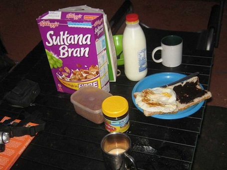 Ở Úc, bữa sáng điển hình bao gồm ngũ cốc và bánh mì nướng phết sốt vegemite.