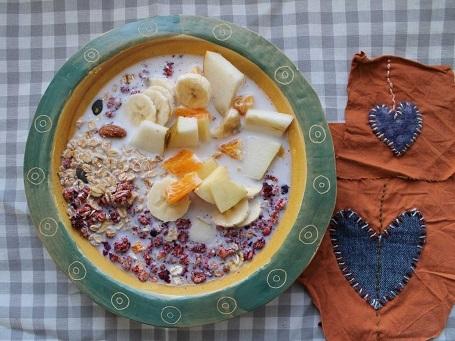 Người dân Thụy Sĩ thích bắt đầu một ngày mới với món Birchermüesli: làm từ yến mạch thô và ngũ cốc, thêm trái cây tươi hoặc khô cùng sữa.
