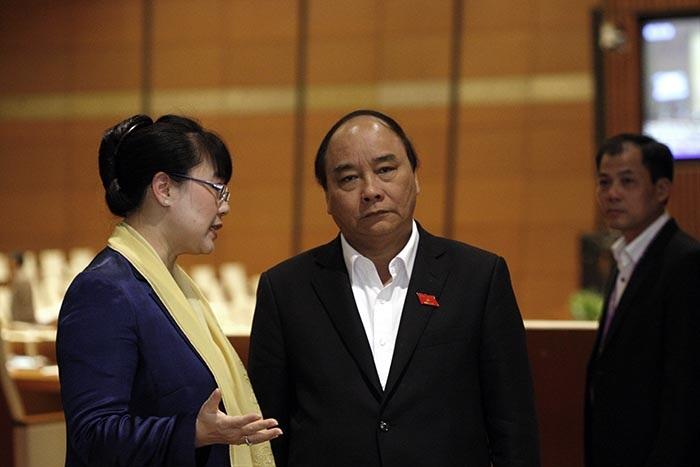 Phó Thủ tướng Nguyễn Xuân Phúc trò chuyện với các đại biểu Quốc hội trong giờ giải lao (ảnh: Việt Hưng)
