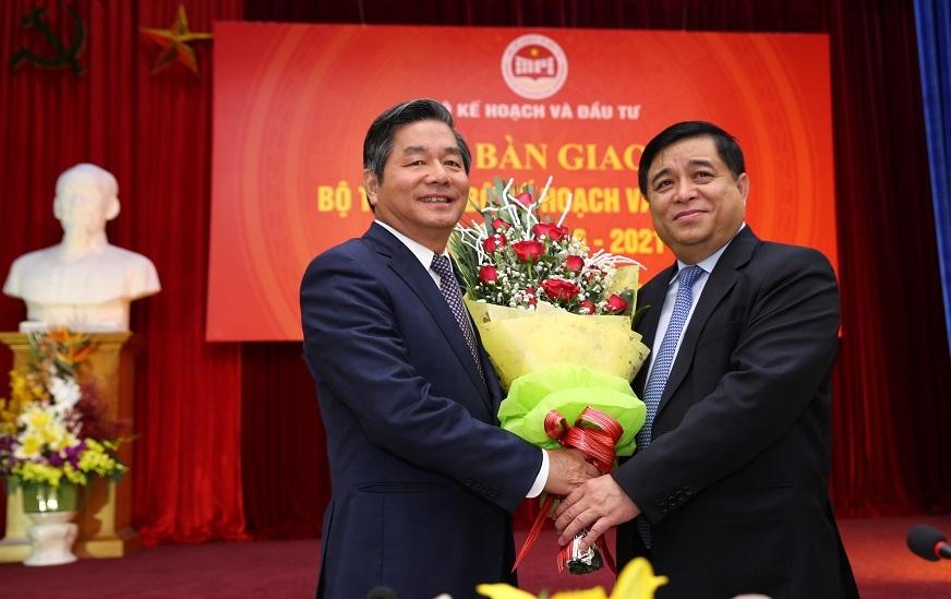 Hai thế hệ Bộ trưởng của Bộ KHĐT: ông Bùi Quang Vinh (trái) và ông Nguyễn Chí Dũng (phải) - ảnh: Lê Tiên