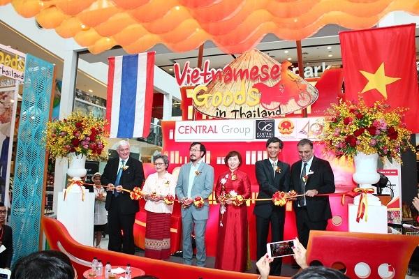 Thứ trưởng Hồ Thị Kim Thoa cắt băng khai mạc Tuần lễ hàng Việt Nam tại Thái Lan do Bộ Công Thương và Central Group phối hợp tổ chức