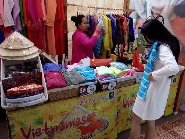 Một khách hàng Thái Lan đang thử sản phẩm Việt Nam trưng bày tại Central Wolrd