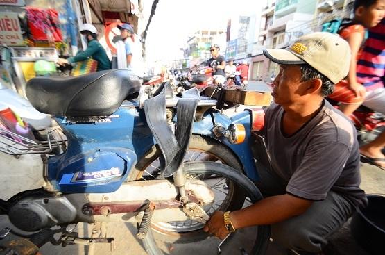 """Cách đây hơn mười năm, ông Đỗ Văn Út, một người đàn ông sau khi trải qua những sóng gió cuộc đời đã đến con hẻm này hành nghề sửa xe máy. Đồng cảm với những mảnh đời bất hạnh, ông đã mở nhiều dịch vụ """"miễn phí"""" đầy nghĩa tình bằng chính sức lao động của mình…"""
