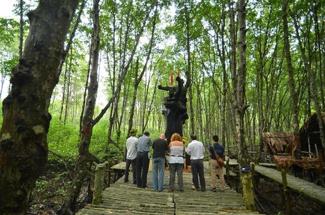 Thấp nhang tại đài tưởng niệm đặc công rừng Sác.