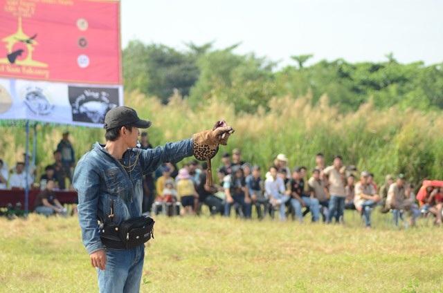 Chủ nhân đứng cách vị trí xuất phát của chú chim và ra hiệu lệnh...