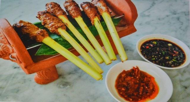 Món Sate Lilit là món ăn đặc trưng của người dân Bali làm từ tôm, cá, hải sản…cá bỏ hết xương và tôm nguyên bóc vỏ, xay nhuyễn rồi ướp với một hỗn hợp gia vị gồm nước cốt dừa, rau thơm, tiêu, ớt, muối, đường…Sau đó, dùng thân của cây chanh cỏ đắp thịt vào rồi nướng xiên. Người Bali thường dùng lửa đốt từ xác cây dừa nên món Sate Lilit này có vị đặc trưng.