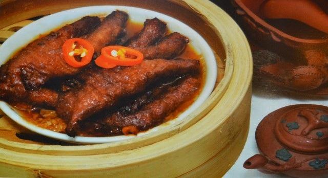 Dimsum ( hay còn gọi là điểm tâm) là loại hình ẩm thực của Trung Hoa bao gồm các món ăn nhẹ, phục vụ cho bữa sáng hay các buổi ăn nhẹ trong ngày. Có khoảng 100 món ăn khác nhau, chế biến từ gạo, bột mì, nhân thịt hoặc hải sản.