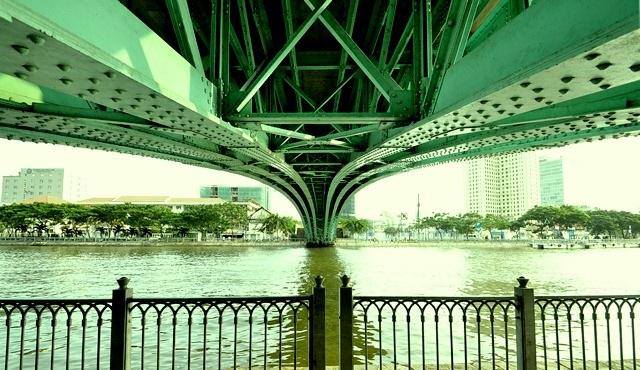 Gầm cầu Mống nhìn từ phí quận 1.