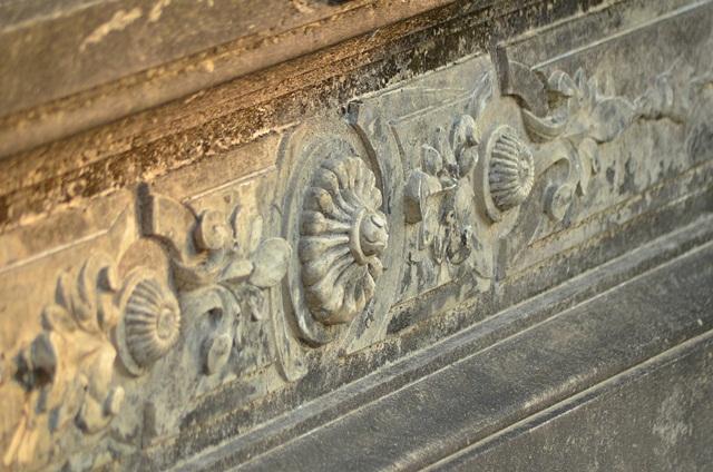 Các tiểu tiết ngôi mộ gần như nguyên vẹn.