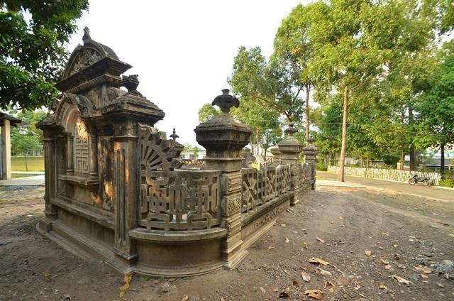 Kiến trúc thành bao và nấm mộ được bảo tồn khá nguyên vẹn. Thành bao được xây dựng khép kín, với bốn hàng cột vuông được bố trí đối xứng nhau.