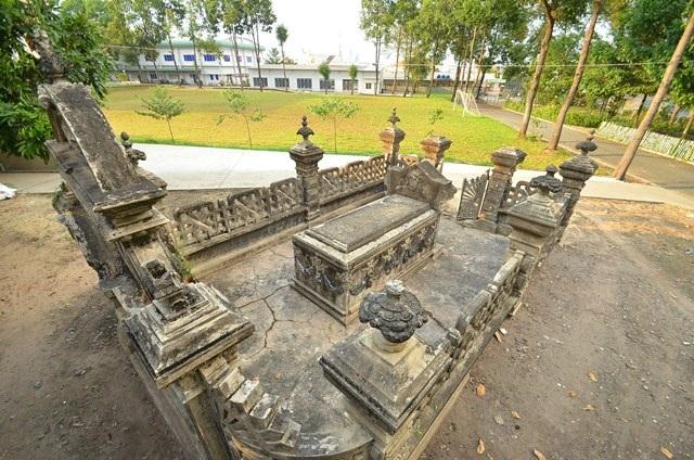 Ngôi mộ nằm trong khuôn viên Học viện Chính trị - Hành chính KV2.