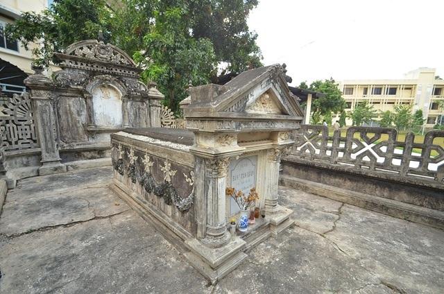 Nhà bia và nấm mộ được xây dựng liền kề với nhau, mộ được đặt ở vị trí trung tâm thành bao. Nhà bia thể hiện hình nhà hai mái, đầu hồi đắp nổi hình dơi cách điệu, giữa trán nhà bia đắp nổi phù điêu Hổ phù.