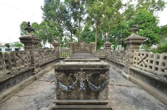 Mộ Nghị viên địa hạt Đặng Tân Xuân là kiểu mộ địa táng mang phong cách kiến trúc Pháp được xây dựng vào đầu thế kỷ XX. Đây là một trong những ngôi một có kiến trúc tiêu biểu còn được bảo tồn trên địa bàn TPHCM.
